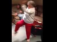 Oma spielt Videogame mit Kinect