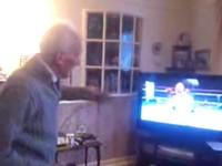 Opa spielt Boxen auf der Wii