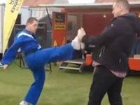 Peinlicher Karate-Kämpfer