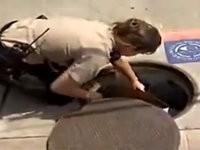 Polizisten retten kleine Entchen aus Gulli