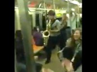 Saxophon-Battle in der U-Bahn
