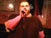 Singender Barkeeper mit toller Stimme