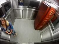 Streich: Sarg im Fahrstuhl