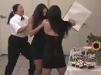 Streich: Zwillinge veräppeln Sicherheitsfrau