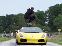 Verrückter springt über einen fahrenden Lamborghini