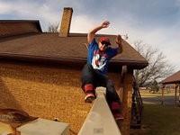 Vom Dach auf Zaun rutschen