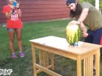 Wassermelone mit Schwert köpfen