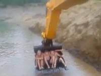 Wasserspaß mit dem Bagger