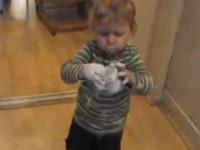 Wenn das Kind mit der Creme spielt