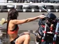 Wenn eine Frau ein Motorrad wäscht
