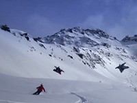 Wingsuit und Skifahrer