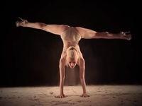Yeva Shiyanova tanzt im Sand zu den Imagine Dragons